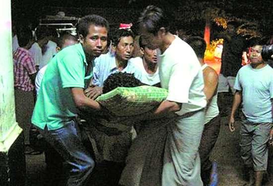 一名骚乱中受伤的难民在皎道市医院的病床上接受治疗。