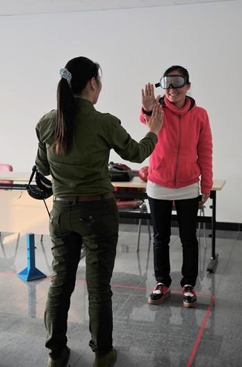 学员通过游戏体验酒精如何影响身体的活动和协调能力