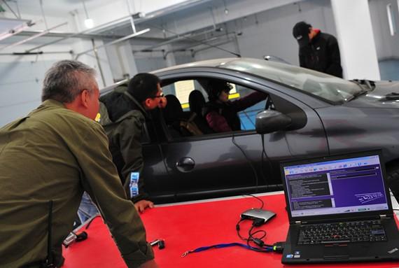 通过驾驶模拟器的虚拟场景测试学员对一些道路潜在险情的认知