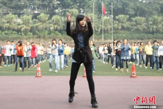 草丝袜女_重庆中学生课间操跳《江南style》嗨爆校园(图)