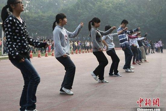 学生操老师视频_重庆南开中学体育老师将其改编成适合中学生的课间操