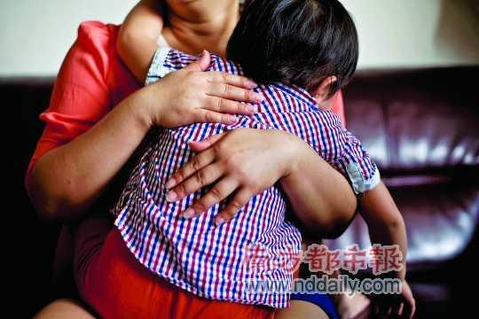 幼儿园 广州/小女孩事发后经常做噩梦,成天要母亲陪伴。南都记者黎湛均摄...