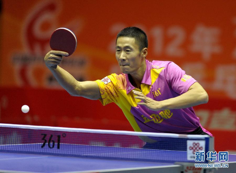 金迈/10月28日,上海金迈驰俱乐部球员王励勤在比赛中回球,他在单打...