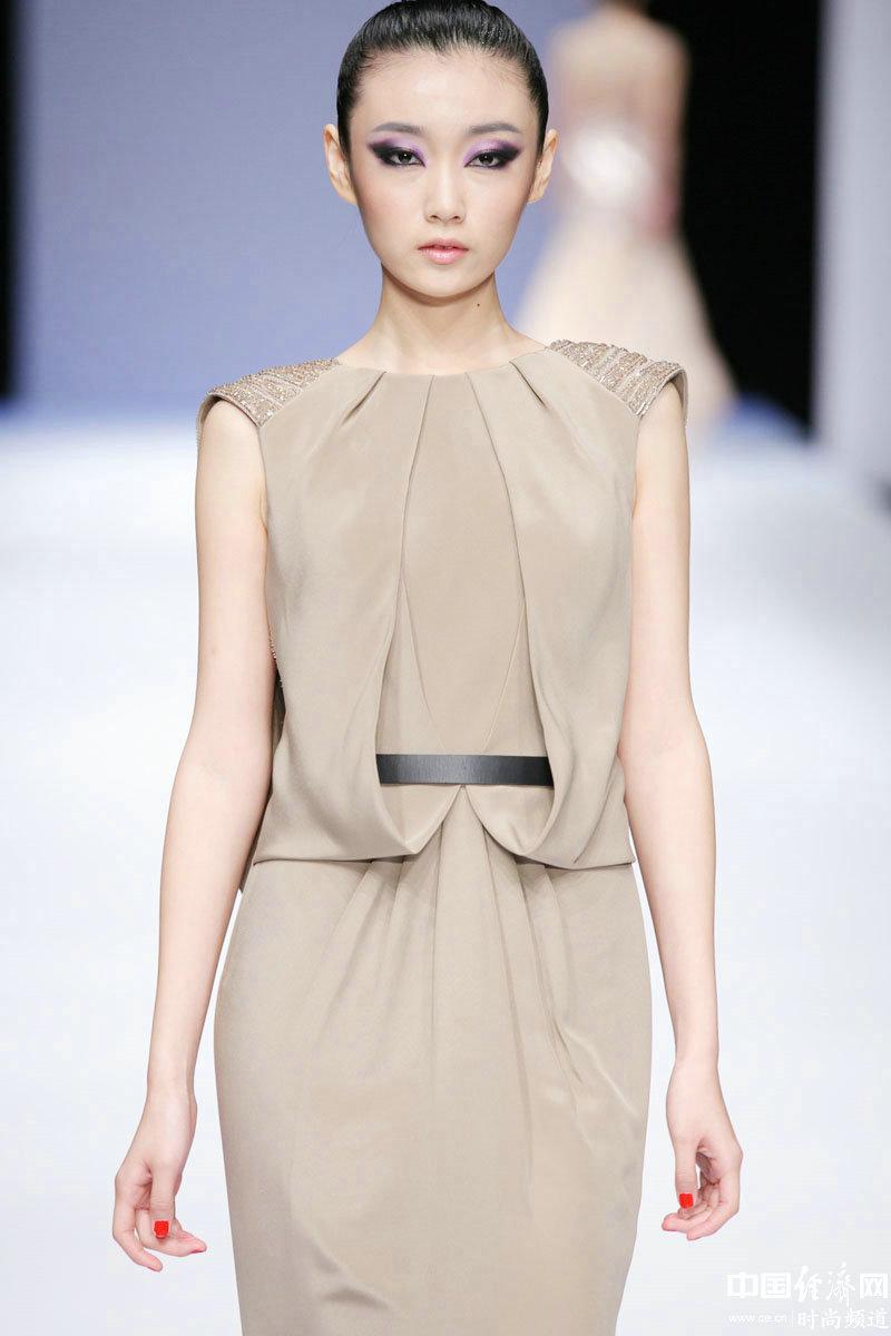2013春夏系列中国国际时装周,模特展示董怀光高级定制礼服作品.