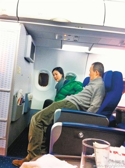 王石/网友曝王石与田朴珺乘坐飞机照片。