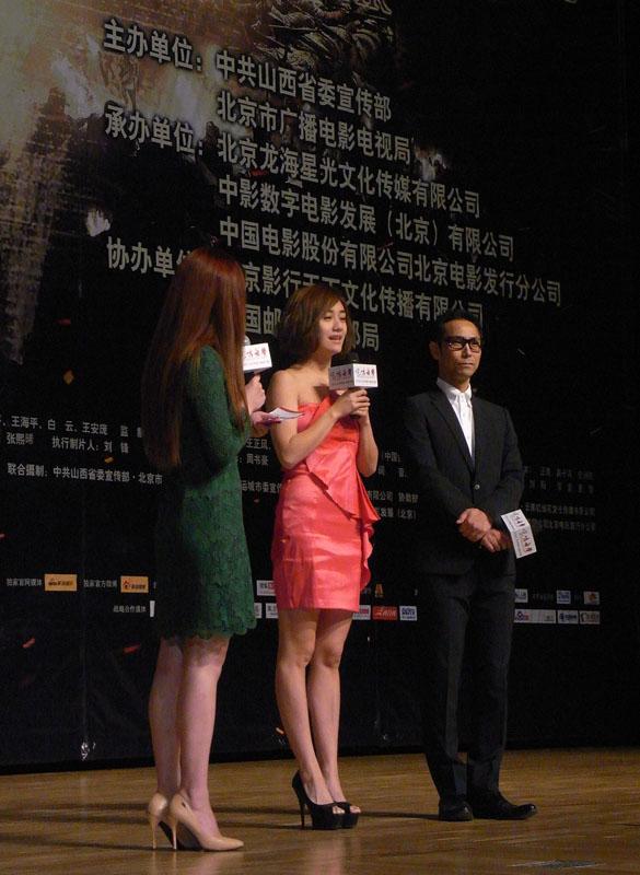 (左起)涩谷天马,李立群,编剧王海平,接受媒体采访