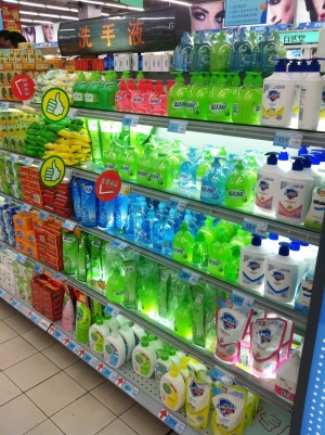 超市在售的洗手液花样繁多 安琪摄