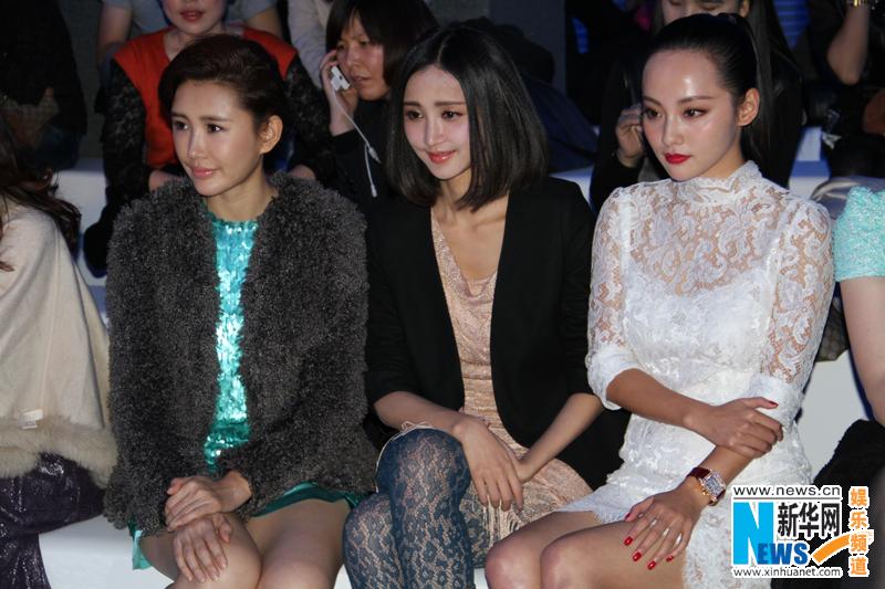 色群视频秀_昨晚,2013中国国际时装周张歆艺现身某品牌服装秀,黑色中士小西装搭