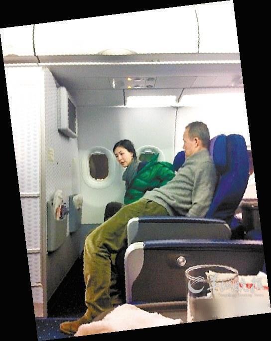 王石/网友上传王石与田朴珺同机飞往深圳的照片
