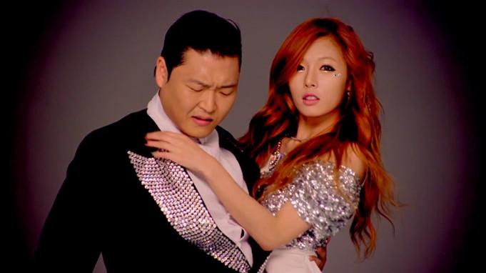 金泫雅与鸟叔Psy共同演绎《江南style》