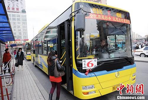 10月30日,新型天然气公共汽车在公交6路投入使用。中新社发 刘长山 摄