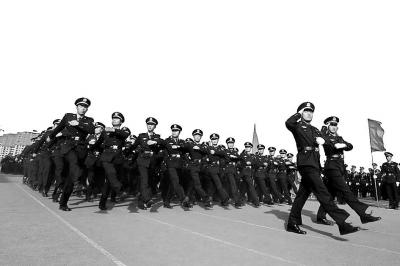 河南警察学院三校合一后首次校阅(图)