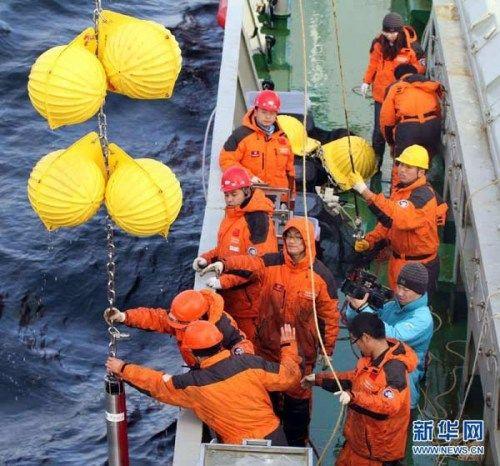 """9月8日,科考队员将潜标从海面上拉上""""雪龙""""号甲板"""
