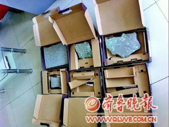 上图:装电脑的几个箱子中装的是石块。下图:纪丽娜出示全峰快递员写的证明。
