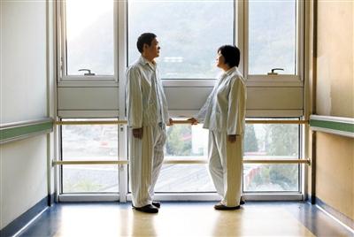 昨日,解放军309医院,丈夫田新丙和妻子苏丹在病房走廊里聊天。