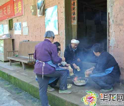 朝清的亲属正在祭奠亲人。中山镇政府供图 华龙网发
