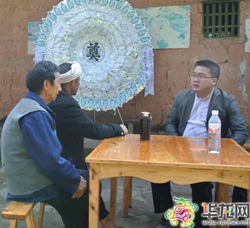 中山镇镇长梁�(右一)代表当地政府慰问徐朝清的亲属。中山镇政府供图 华龙网发