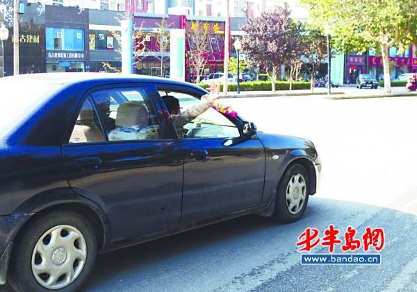 车窗垃�_有关环卫工人在急速行驶的车流间清扫车窗垃圾导致被撞伤亡的事情