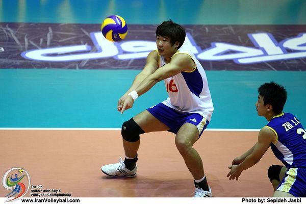 图文:国少男排2-3伊朗摘银 唐朝半蹲垫接一传图片