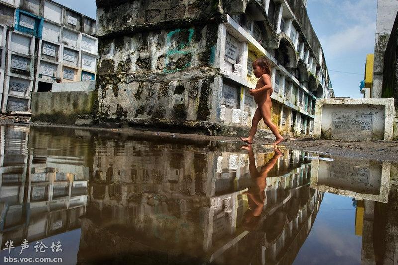 住在诺特公墓的小男孩光着屁股走在洪水仍未完全退去的地面上
