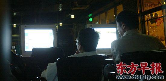 欧洲杯期间,某日凌晨2点,早报记者暗访南京路步行街一家网吧,发现有赌球者们正在上网豪赌。早报资料