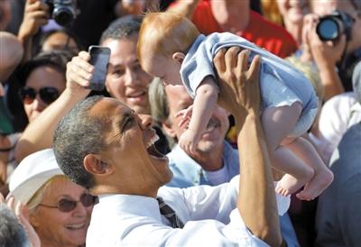 11月1日,拉斯韦加斯,奥巴马在竞选集会上抱起一个宝宝。