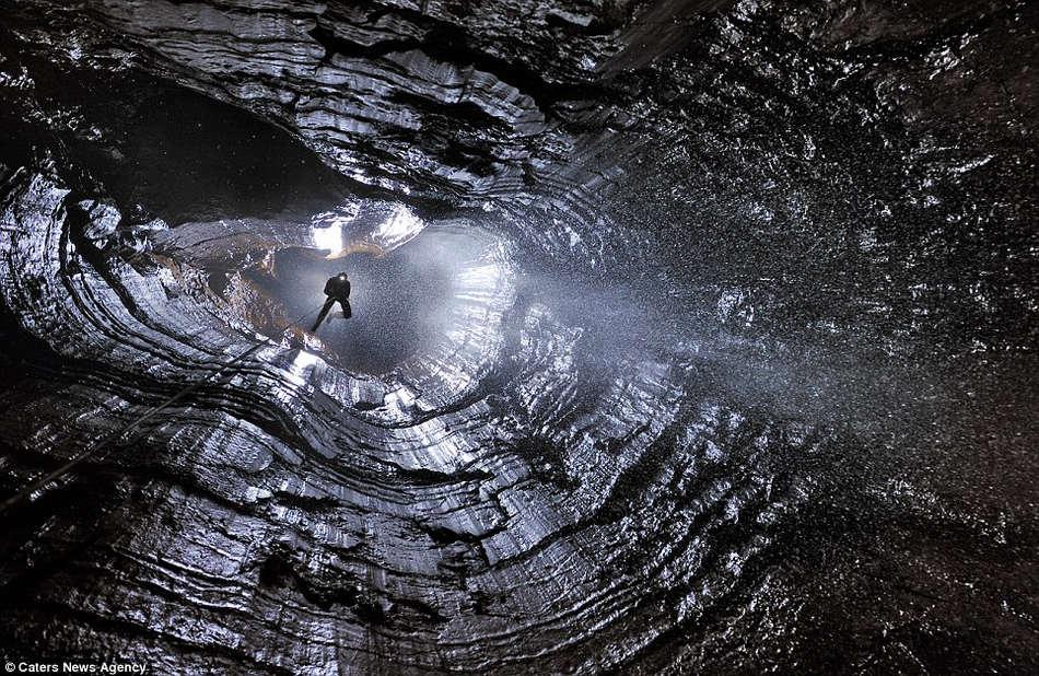 英国探险家环游世界寻找最美洞穴(组图)
