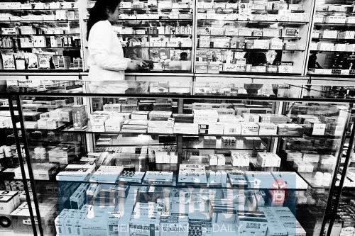 郑州不少药店,也会把价格低的药品放下层,价格高的放在醒目位置