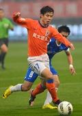 中超图:鲁能2-0胜建业 蒿俊闵比赛中带球突破