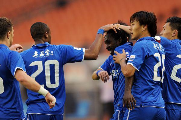 乌塔卡进球后与队友庆祝
