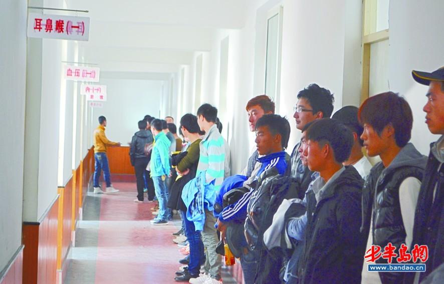 体检/应征入伍的年轻人正在进行体检。