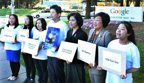 """韩国网络外交使节团""""VANK""""的10多名成员在谷歌总部正门前示威,并高喊口号""""NO竹岛,YES独岛""""。"""