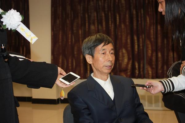 王汝南接受采访眼圈发红