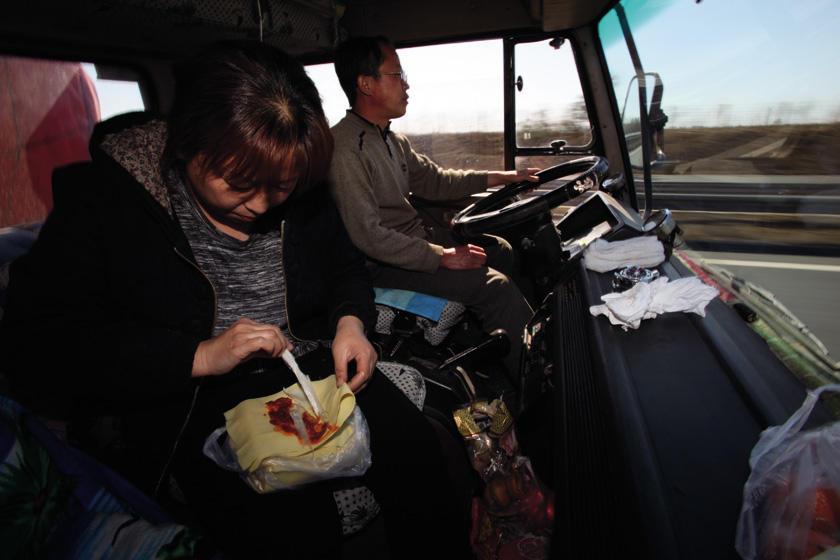 郭伟明/大货司机的一天窘迫与无奈照进车窗(组图)
