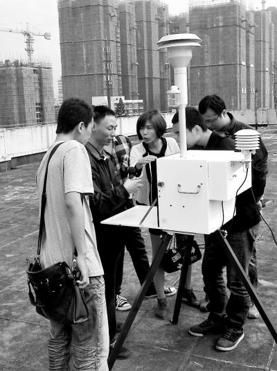 市民参观监测仪器