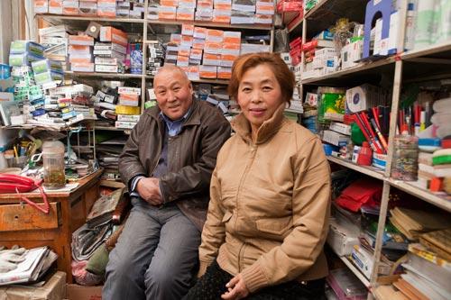 """现在,""""慈善夫妻""""的小店比以前暖和了 记者 王骁猛 摄"""