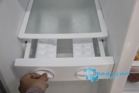 美的BCD-550WKGM冰箱旋转制冰盒