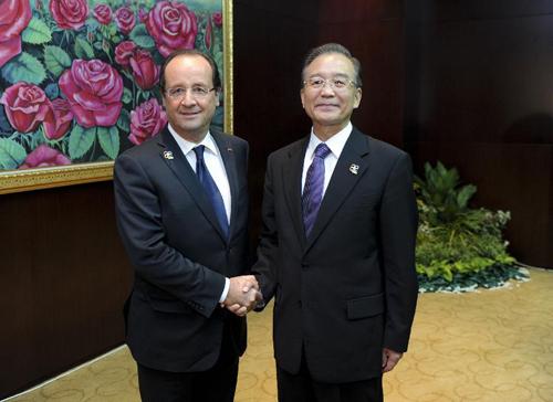 中国网讯 据外交部网站消息,11月5日,中国国务院总理温家宝在万象会见法国总统奥朗德。