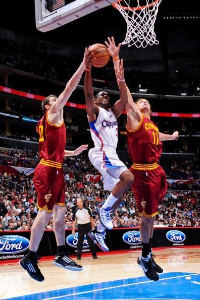 保罗/图文:[NBA]骑士胜快船 保罗包夹中上篮