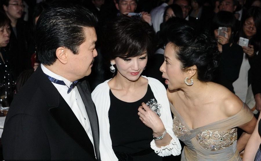 霍启刚母亲朱玲玲与众人合影右二