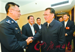 昨天,李长春来到参加中国共产党第十八次全国代表大会广东团驻地看望代表。与来自广州市荔湾区民警刘奕鹏代表亲切握手。 南方日报记者王辉、严亮 摄