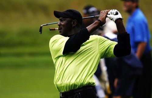 打高尔夫球瞄球的步骤和姿势