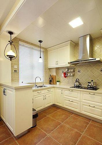 半开放式的厨房,黄色地砖搭配白色橱柜,相当大气