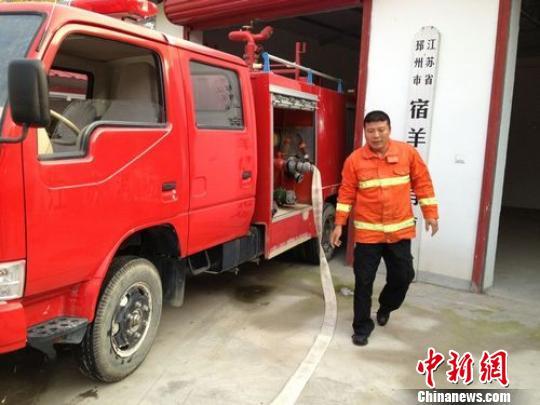 宿羊山消防队队员给民房扑火宿羊山消防队提供摄