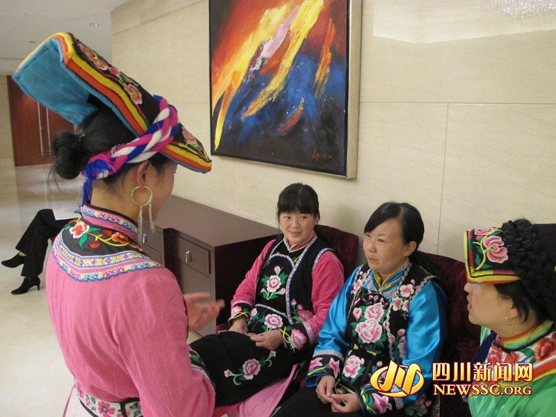 北京 北川/在会场外等待的绣娘们利用最后的时间练习《羌藏感恩歌》