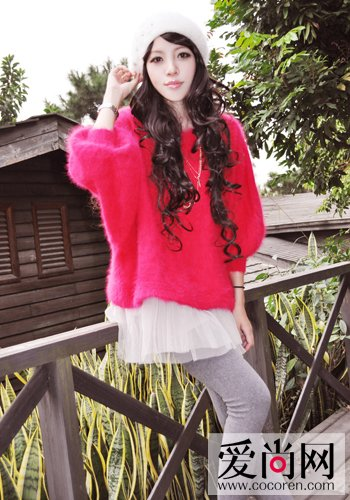 玫红色的开衫搭配深蓝色波点短裙,层层叠叠的感觉也很俏皮呢.