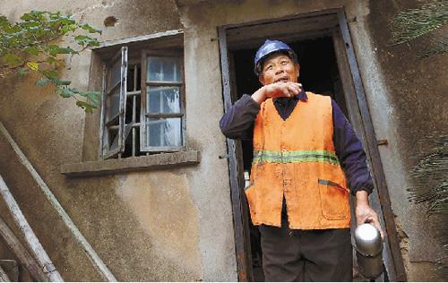 一天忙完,老刘喝了口热茶,这是他一天最舒服的时刻。
