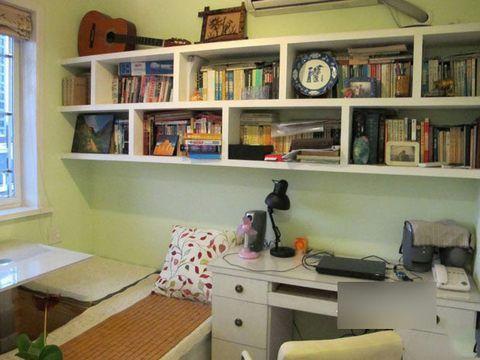 挂在墙上的书架-4万装修90平田园婚房 甜蜜小夫妻 <IMG>