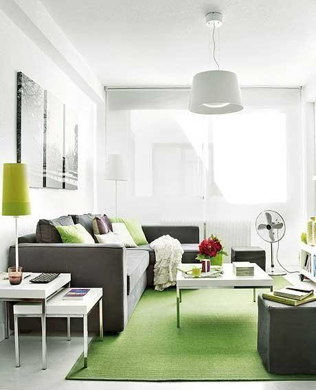 坐在客厅向角落望去,分别是吧台式的开房厨房和卧室图片