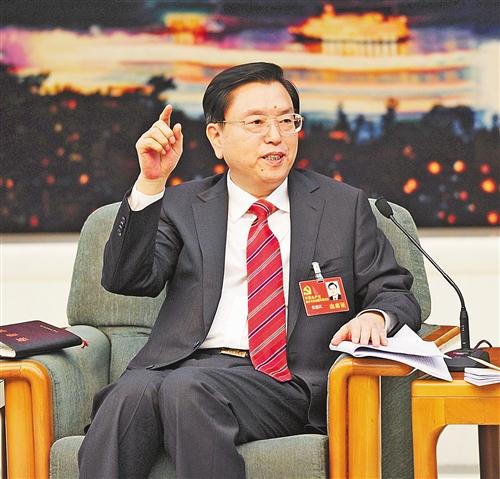 11月8日下午,重庆代表团讨论对中外媒体开放。图为张德江代表在回答记者提问。 记者 巨建兵 摄